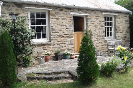 Historic Stone Cottage - Cromwell - Дом