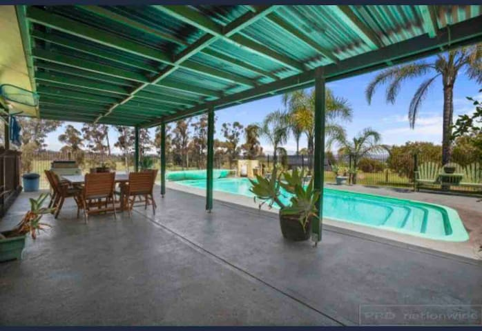 Talga Vineyard fully self contained house & pool