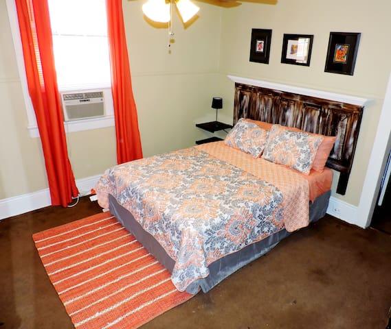 Guest room w/ Queen Bed (sleep 2 comfortably)