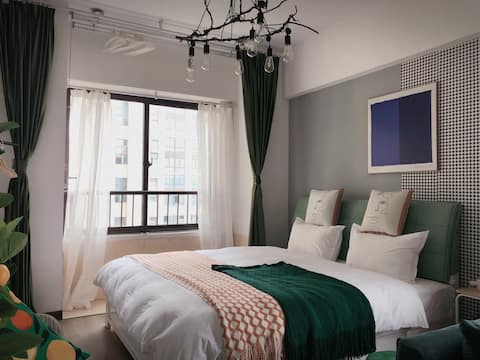 《可期》武里山天街|近火车站|网红街区|双窗大床公寓|全身落地镜|品牌沙发|绝美夜景|可开票|可长租