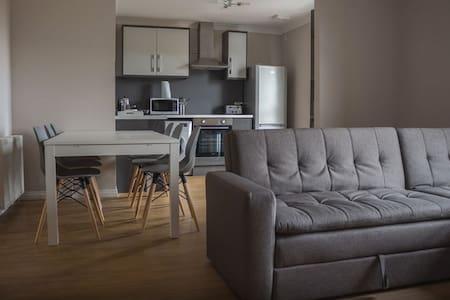Glasgow East King Apartment - Free Wifi