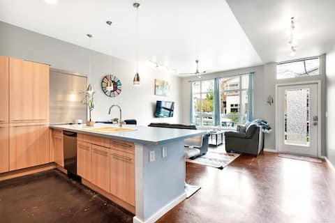 Groovy Modern Condo ♠ Right Next to Old Town FC!