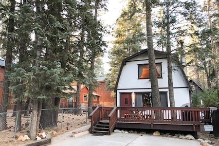 Rustic Cabin, Minutes from Golf, Hikes & Zoo!