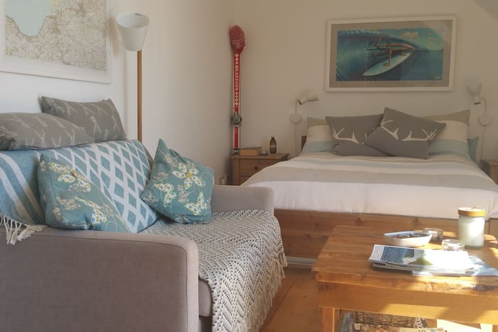 Cosy beach studio with sea views