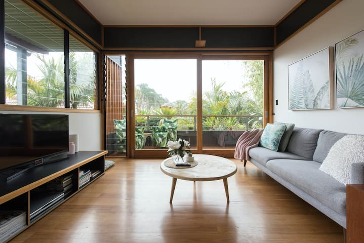 Chill Out in a Tropical Architectural Apartment in Narrabeen Beach