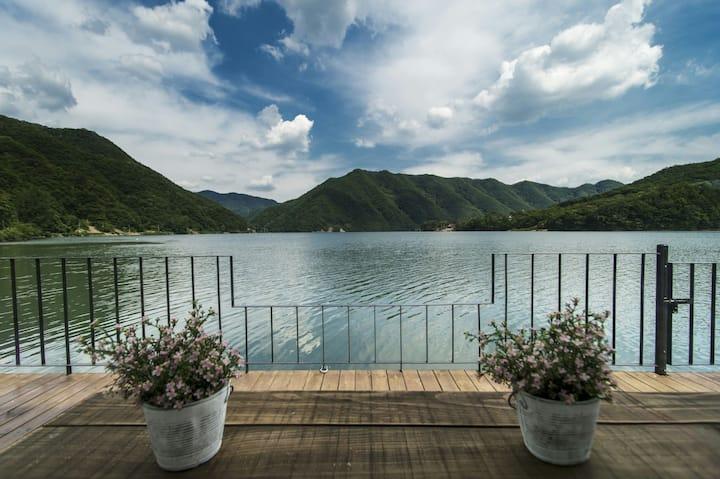 춘천 호반에 위치하고 대한민국 건축대상을 받은 호수로가는집입니다