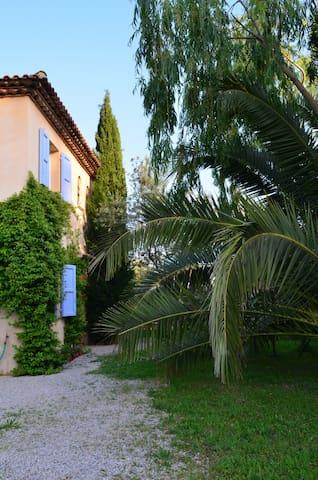"""le jardin des oliviers , chambre """" les lavandes """" - Tourrettes - Bed & Breakfast"""