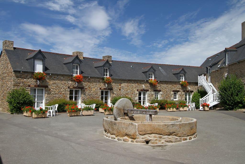 Longère en pierres, façade des cottages