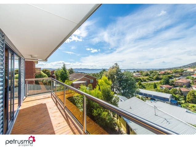 Relax with amazing views 2 - 3 bedroom t/house - South Hobart - Stadswoning