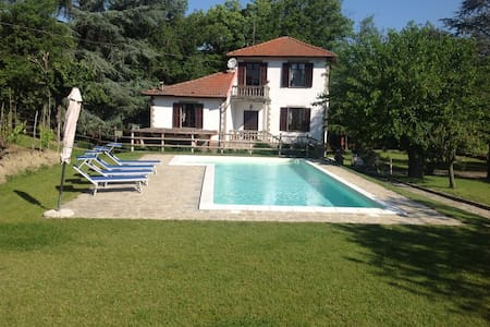 Detached Private Villa with Pool set in 1 acre - Mombaldone