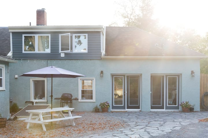 The Ferg Loft - Steps to Main St Picton - Sleeps 2 Adults and 2 Children