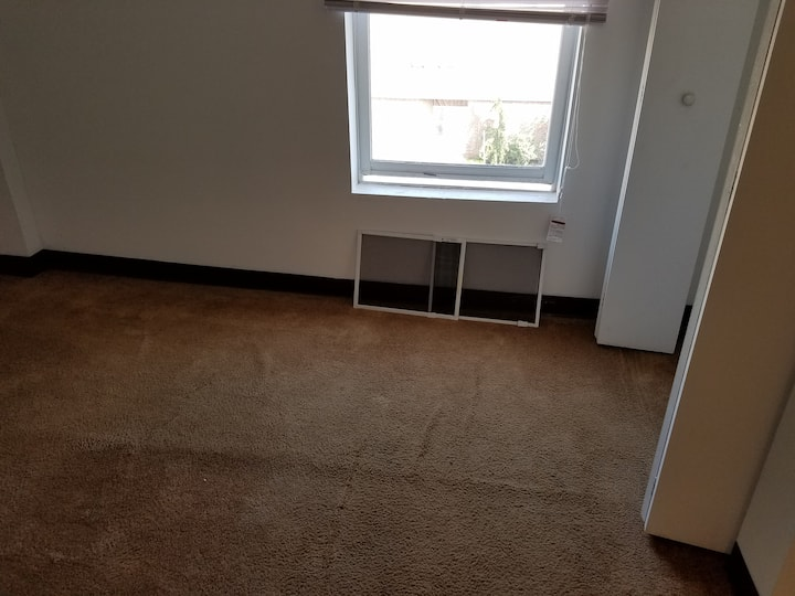 CLEAN ROOMS FOR RENT, HEAT INCLUDED