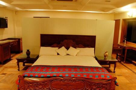 Large Suite & Jacuzi in K'gaon Park - Pune