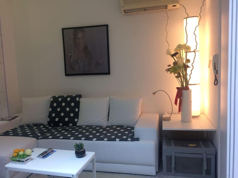 soggiorno con ampio e comodo divano letto