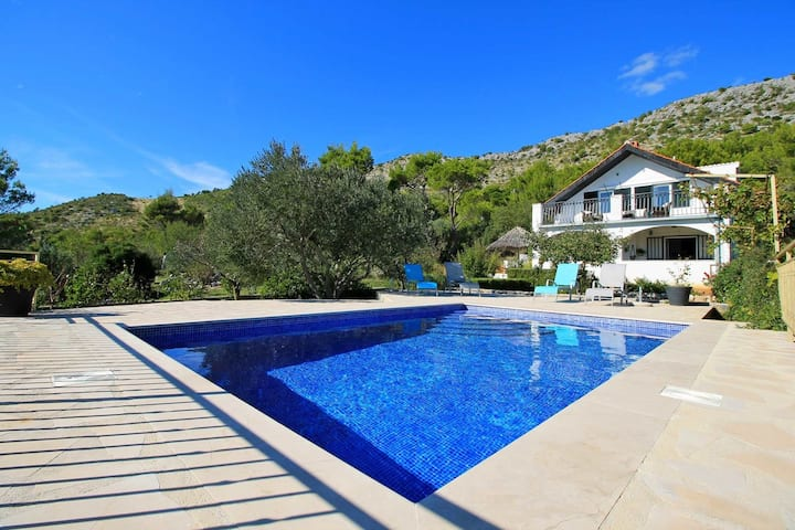 THE CAPTAIN`S HOUSE 6 km from sandy beach with heated pool and sea views
