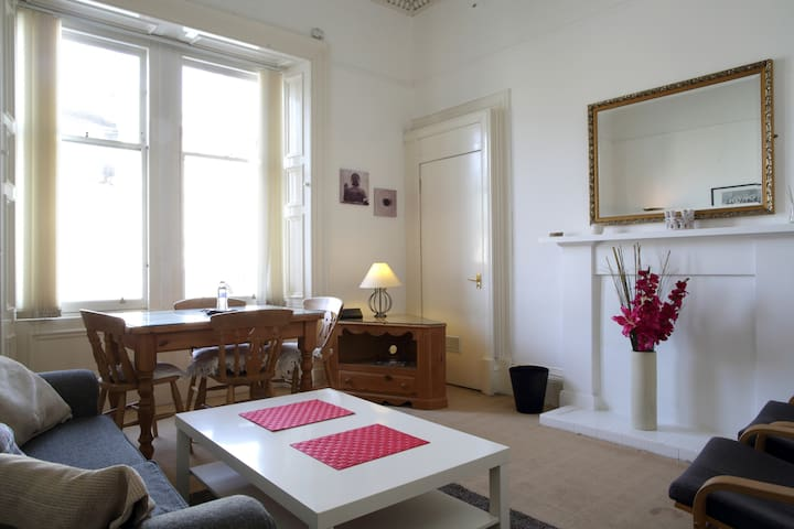 Lovely Old Town Flat, Close to Castle & Princes St