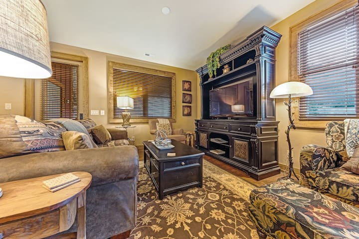 Dog friendly mountain home with access to community pool and fitness center!