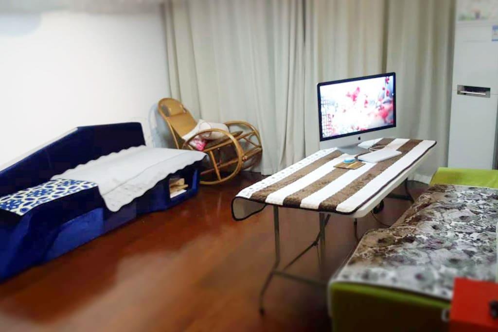 电脑不公用,可以睡沙发,可以睡地板,提供被垫和被子