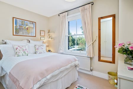 B&B pretty double/ensuite in cottage Cobham centre