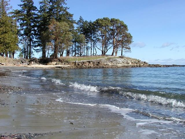 Sea and Sand Galiano Island Waterfront Beach House