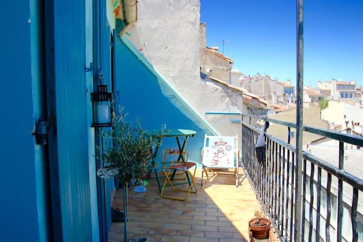 Studio atypique avec terrasse et vue. Plein centre