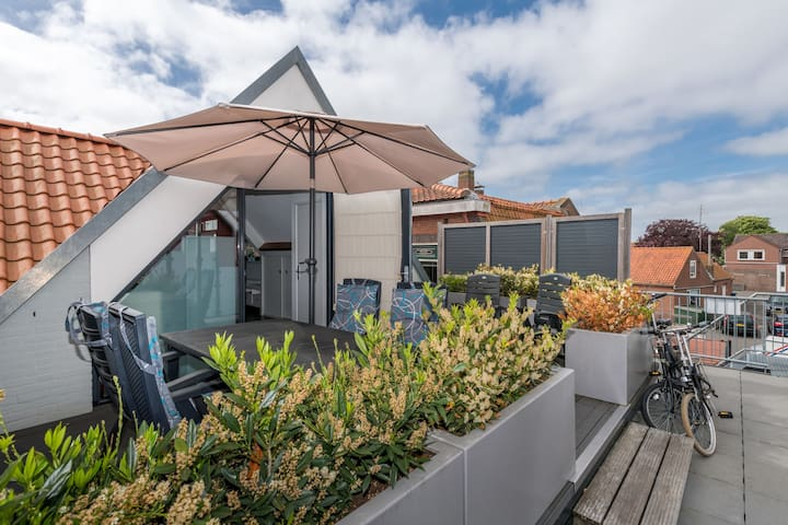 Magnificent 6-person apartment with roof terrace in Ouddorp town centre