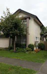 Modern home near airport and Bruce Pulman Park - Takanini - Rumah