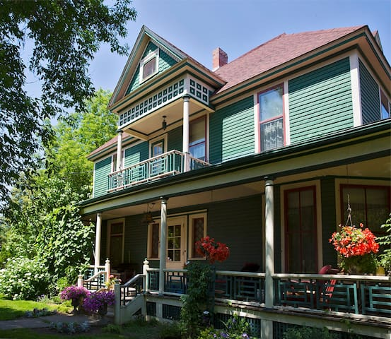Brooks B&B Room 202 Historical Romantic Stay