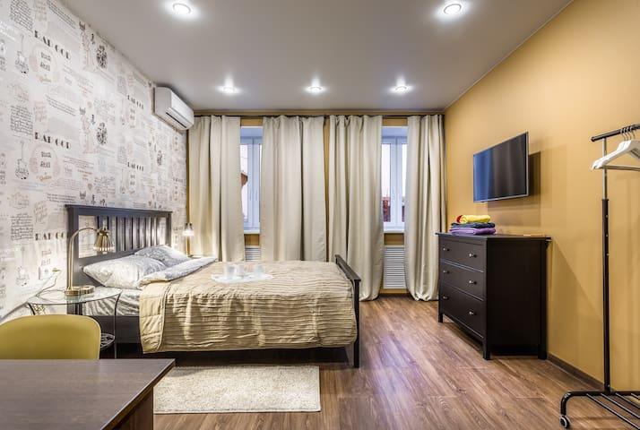Вторая спальня - кровать шириной 160 см., комод, телевизор и кондиционер, прикроватные столики и светильники, рабочий стол, стойка для одежды. Функциональная, продуманная спальня.