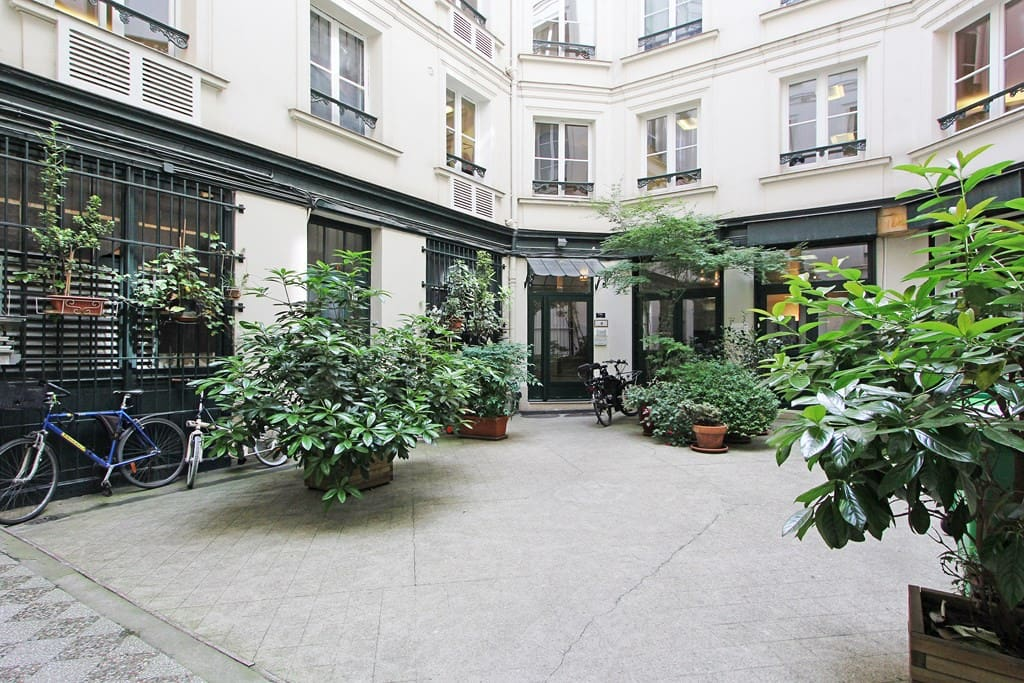 Quiet courtyard away from the busy rue saint Honoré