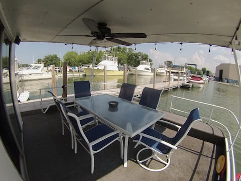 The Jamestowner 54ft Houseboat Lakeside Marblehead