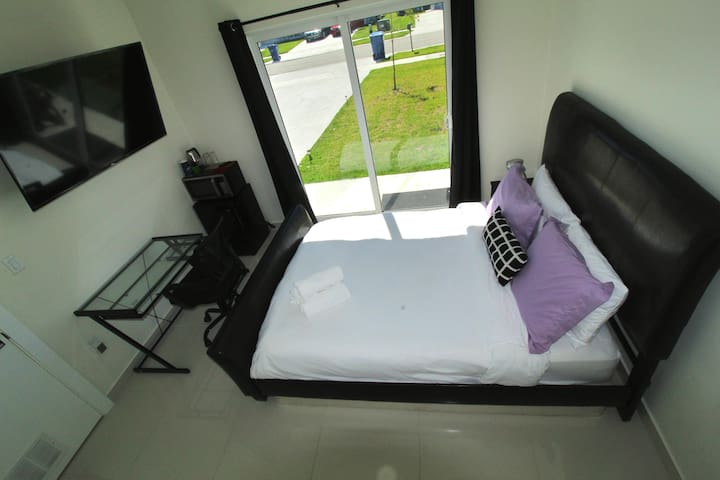 A7-NEW & Upgraded Guest Suite by Zoo MIA Speedway!