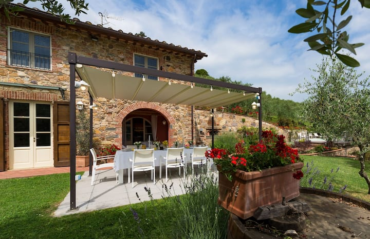 Private Villa with hot tub, private pool, WIFI, A/C, TV, terrace, panoramic view, close to Lucca