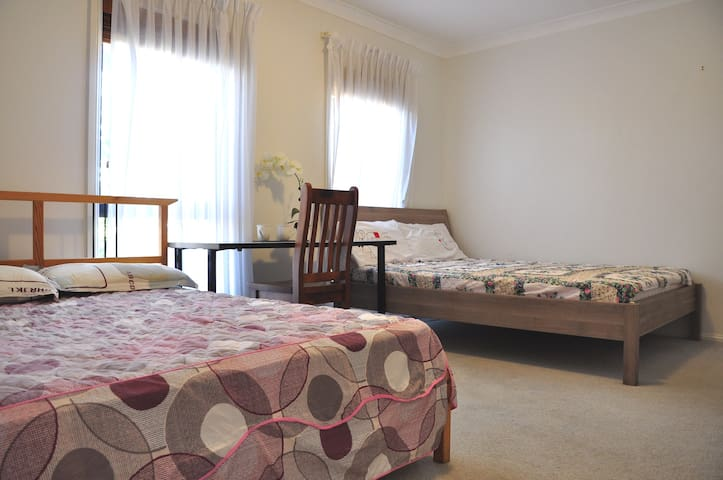 2 beds + bath, pool & BBQ, 35min bus to city - Baulkham Hills - Bed & Breakfast