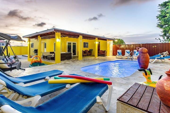Family friendly, 8p,3BR 2.5Bath,private home &pool