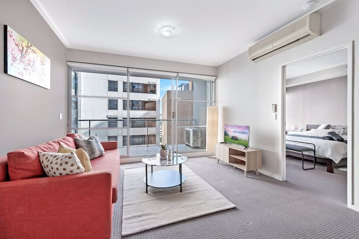 A Spacious 2BR Apt Next to Darling Harbour