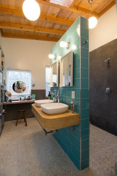 Dual showers, dual sinks, soaker tub