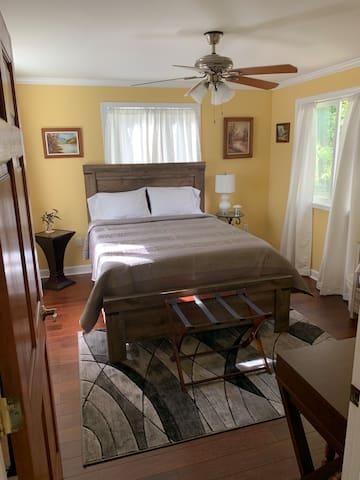 Beautiful Farm Home (Queen bed main floor)