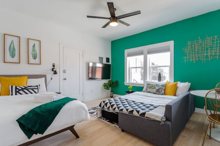 LOS FELIZ FLATS - STUDIO - SLEEPS 4 -TRENDY SHOPS!
