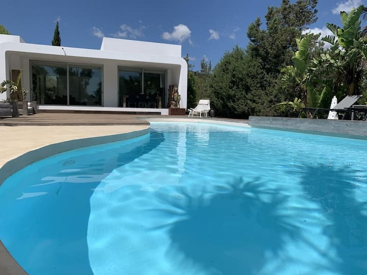 Beautiful Villa Porroig with Pool, Wi-Fi, Air Conditioning and Mountain View; Parking Available, Pets Allowed