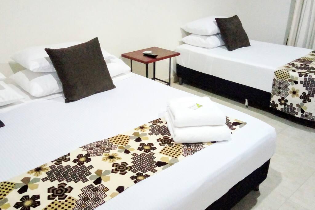 One (1) king bed and one (1) single bed. Una (1) cama tamaño king y una (1) cama sencilla.