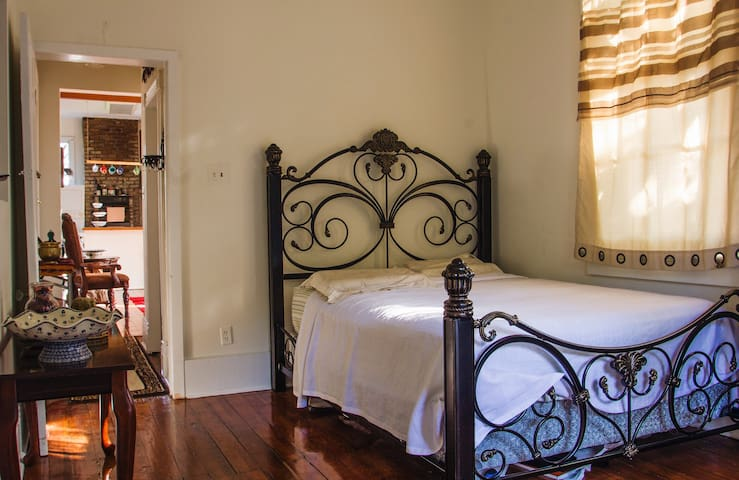 Uptown Streetcar Oriental Private Room w/ Balcony - New Orleans - Apartment