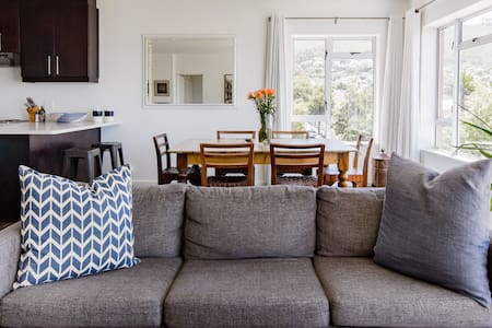 Chic Kloof Street Apt with Majestic City & Mountain Views