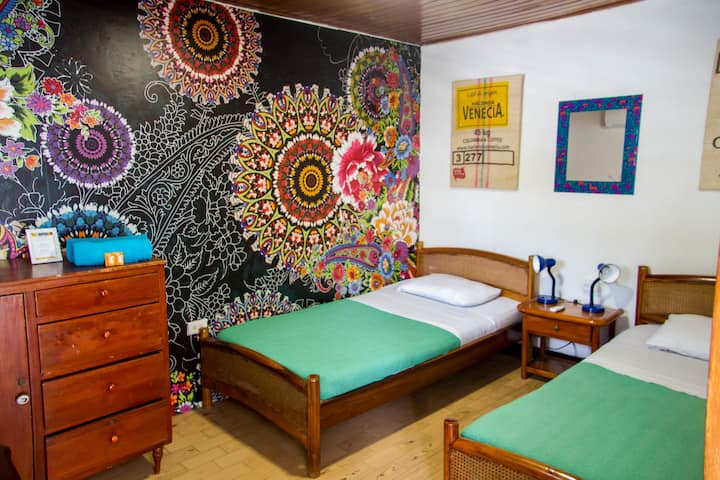 CASA SAN BENITO-Colorful Room in Quirky Getsemaní