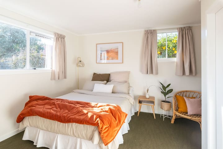 Sunny, private studio in the heart of Petone