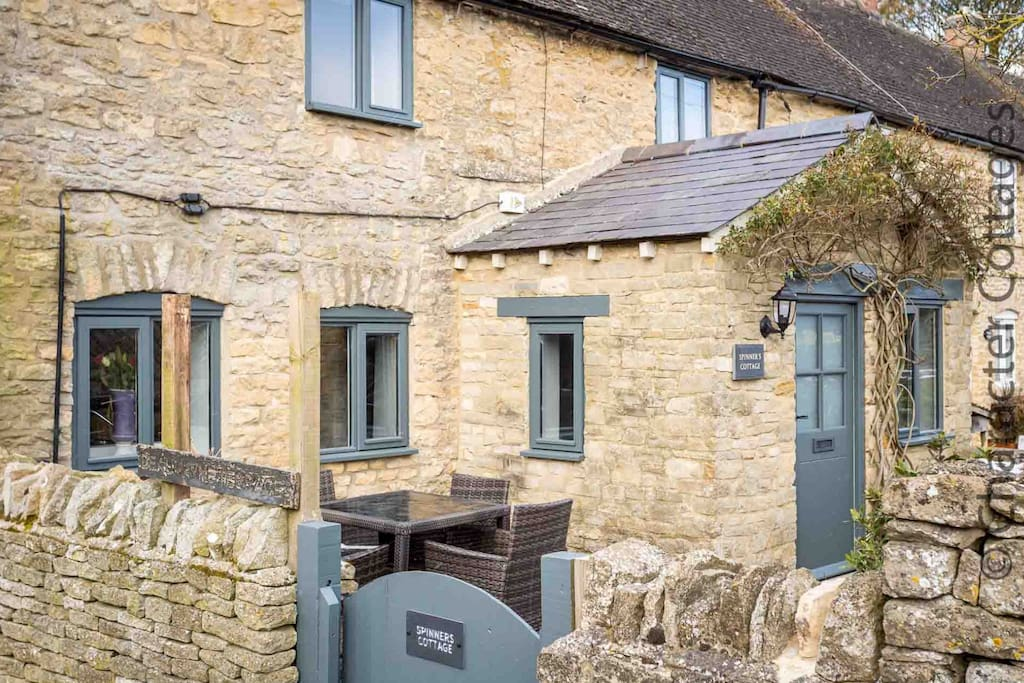 Welcome to the stunning Spinners Cottage, in beautiful Stow-on-the-Wold