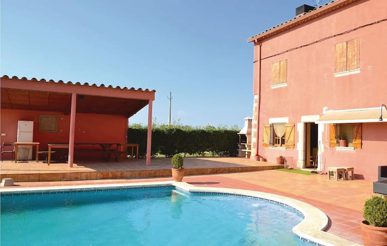 Holiday cottage with 8 bedrooms on 400 m² in Riudellots
