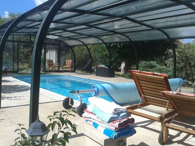 tiny location for 4 persons with hot swimming pool - Massillargues-Attuech - Otros