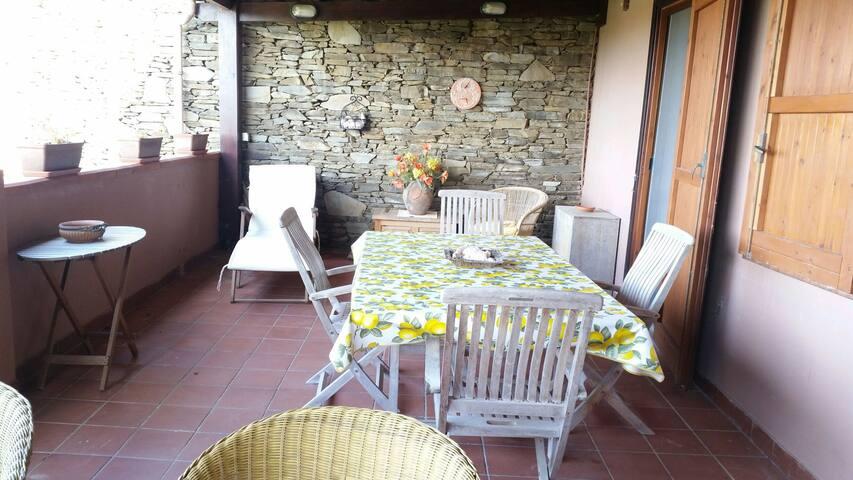 Terrazza privata che si affaccia sul verde giardino condominiale e con vista sull' Asinara