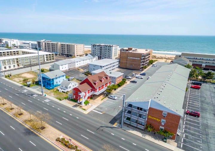 ✨☀️Sunny Beach Getaway A-2☀️✨Ocean Block Apartment short walk from the beach
